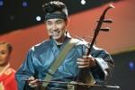 Nguyên Khang mặc kimono chơi nhạc cụ dân tộc