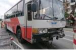 Xe khách tông liên hoàn 5 xe tải đang dừng đèn đỏ