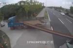 Xe tải chở thanh sắt 'khủng' gây họa thảm khốc cho xe con