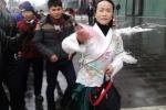 Thiếu nữ ăn vận cổ trang tung tiền giữa phố