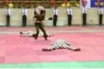 Clip: Nữ công an trấn áp tù nhân vượt ngục