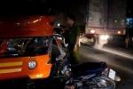 Người đàn ông lái xe máy lao vào đầu xe khách