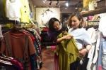 Cô gái kiếm bộn với nghề đi mua quần áo với khách