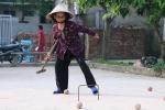 Video: Cụ già U80 vác gậy chơi môn thể thao quý tộc ở làng quê Hà Nội
