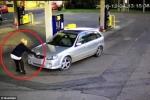 Đổ trộm xăng bị phát hiện, tài xế Mazda tông xe vào nữ nhân viên rồi bỏ chạy