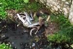 Người đàn ông chết cạnh xe máy dưới mương nước ở Hà Nội