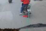 Xôn xao clip xe máy kéo ôtô hết xăng đi trên phố Hà Nội