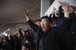 Ảnh hiếm: Cách xem bóng đá cuồng nhiệt chỉ có ở Triều Tiên