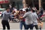 Video: Giật dây chuyền vàng của người đi đường, tên cướp bị người dân đánh nhừ tử