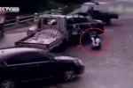 Bị 'kẹp chả' giữa ôtô con và xe tải, tài xế xe ba gác thoát chết kỳ diệu