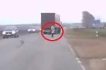 Người đi bộ xuất hiện bất thình lình, xe tải thất kinh bẻ lái