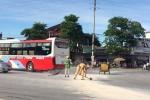 3 chiến sỹ CSGT 'đội nắng' cặm cụi dọn vật liệu rơi vãi trên đường