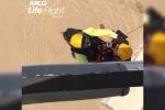 Clip: Cứu hộ đu dây từ trực thăng, giải cứu tài xế kẹt trong biển lũ
