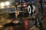 Bị ngã khi điều khiển xe máy trong mưa lớn, hai chị em bị xe tải cán thương vong