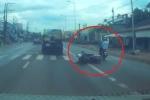 2 thanh niên lao xe từ ngõ ra, đốn ngã người đi đường vẫn thản nhiên bỏ đi