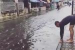 Chàng trai bơi tung tăng trên đường ngập khiến dân mạng phì cười