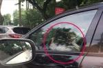 Bé gái lái ôtô biển xanh, quay vô lăng 'tít mù' giữa phố Hà Nội