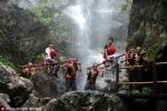 Trung Quốc: Tân sinh viên bỏ hàng ngàn Nhân dân tệ thuê kiệu làm Trạng Nguyên