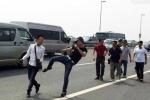 Một phóng viên bị đánh chảy máu mồm trên cầu Nhật Tân