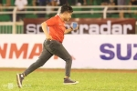 Công Phượng tặng băng đội trưởng cho fan cuồng leo rào xuống sân