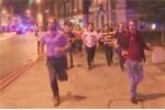 Video: Chàng trai thong thả cầm bia giữa dòng người chạy loạn sau khủng bố Anh