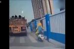 Xe tải đánh rơi khối thép nghiền nát người đi xe máy