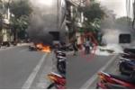 Cụ bà dập lửa cứu xe bốc cháy ở Hà Nội khiến thanh niên tròn mắt thán phục: 'Tôi chỉ muốn lao vào'
