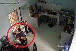 Clip trộm cạy cửa bếp, vào nhà 'khoắng' sạch tài sản của gia chủ