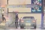 Nữ tài xế quên kéo phanh, ô tô 'không người lái' suýt giết người