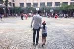 Công Vinh tình cảm dắt con gái Bánh Gạo đến trường