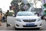 Đỗ trên vỉa hè Sài Gòn, xe biển xanh bị cẩu về trụ sở công an