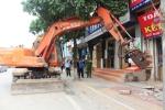 Hà Nội đưa máy xúc dẹp vỉa hè ở huyện ngoại thành