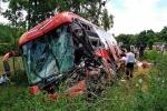 Ô tô khách nát bét sau cú đâm xe tải, hơn 40 người hoảng loạn kêu cứu