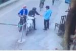 Video: Tên trộm ngang nhiên qua mặt bảo vệ lấy cắp xe máy trong nhà xe bệnh viện