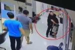 Kẻ lạ mặt cầm dao xông vào đồn, phản ứng của chàng cảnh sát trẻ khiến triệu người ngỡ ngàng