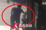 Đứng tè bậy bên đường, bé trai bị người lớn bạt tai dạy dỗ