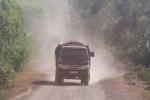 Video: Xe quá tải 'băm nát' đường liên xã, dân khổ sở sống chung với bụi