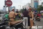 Hinh anh Video: Di vao lan BRT nguoi tren o to hung hang danh lai xe may 6