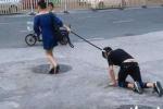 Ảnh: Người phụ nữ xích cổ trai trẻ lôi đi trên đường phố Trung Quốc
