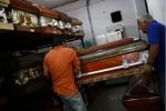 Venezuela trong cơn suy thoái: Giới trung lưu bới rác tìm đồ ăn, mai táng người chết giá 'trên trời'