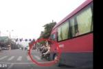 Cô gái dừng đèn đỏ bị xe khách tông văng xuống đường