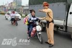 Xử phạt trẻ em không đội mũ bảo hiểm: CSGT Hà Nội nhắc nhở không xuể