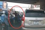 Clip: Va quệt trên đường, tài xế Lexus song phi vào người đi xe máy
