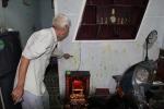 Cụ ông 81 tuổi bị nhóm người lạ ném phân, mắm tôm vào nhà
