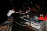 Lật tàu ở Đà Nẵng: Do va vào trụ đỡ trục quay cầu sông Hàn?