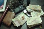 Giả người mù đi xin tiền để sắm vàng