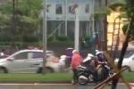 Bão Thần Sét áp sát Hà Nội: Người đi xe máy vật lộn trong gió dữ