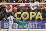 Vì sao Messi đá hỏng penalty?