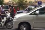 Tài xế xe máy chặn đầu, bắt tài xế ô tô lấn làn xuống xe xin lỗi