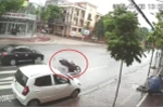 Nữ tài xế mở cửa ô tô bất cẩn, người đi xe máy ngã văng